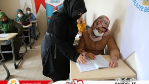 Kırmızı kurdele projesi ile kadınlar okuma-yazma öğreniyor